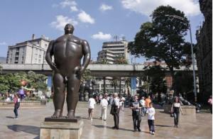 Η κεντρική πλατεία του Μεντεγίν με τα γλυπτά του Φερνάντο Μποτέρο